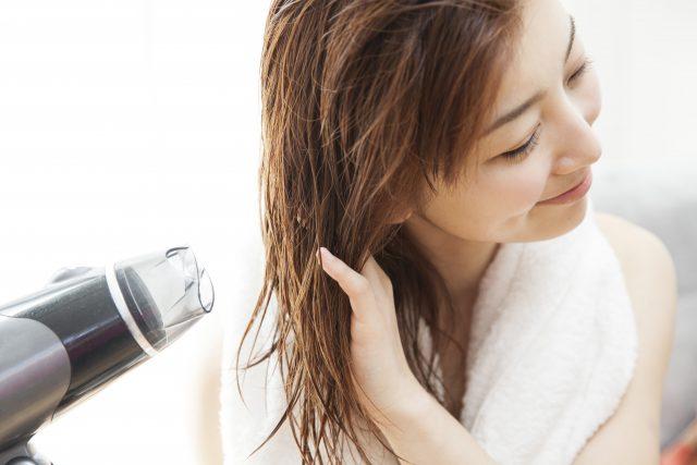 ドライヤーで髪を乾かす