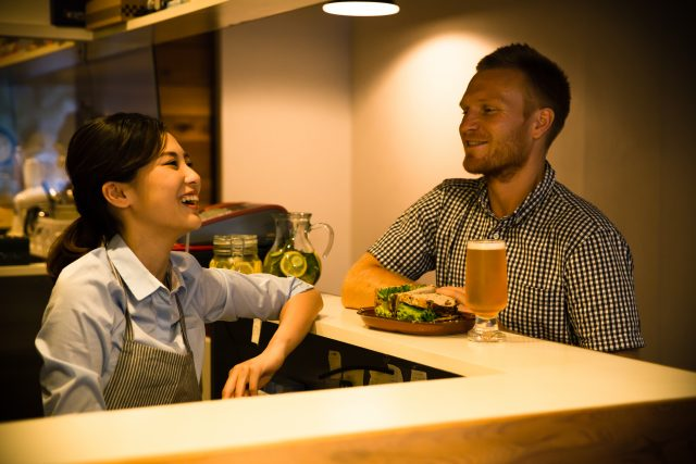 女性と楽しく会話する外人男性