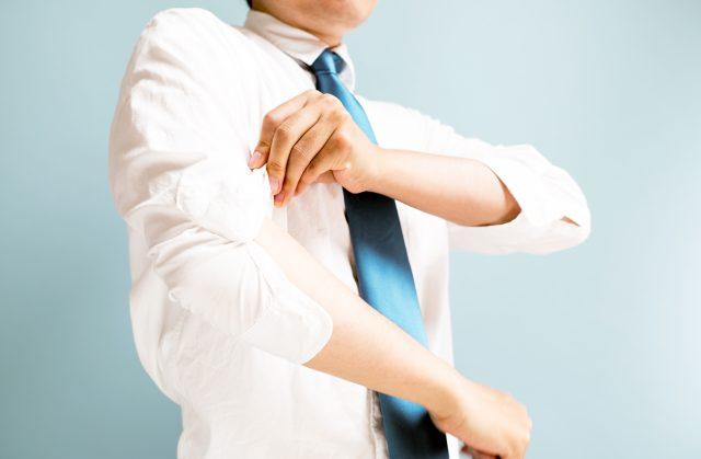 白シャツと腕まくり