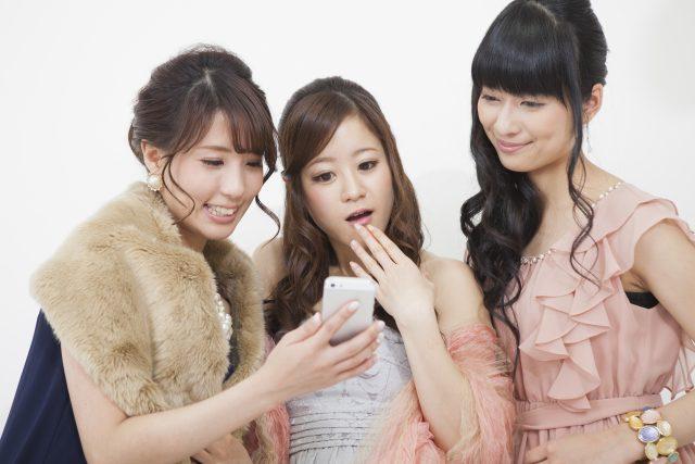若くて魅力的な女性グループ