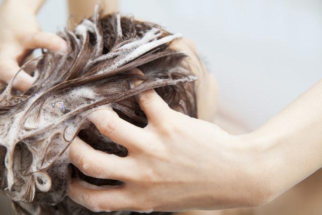 柔らかくリフトアップするように髪の毛を洗う